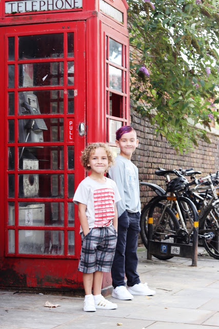 what to do in london with kids: take a photo with a red phone booth