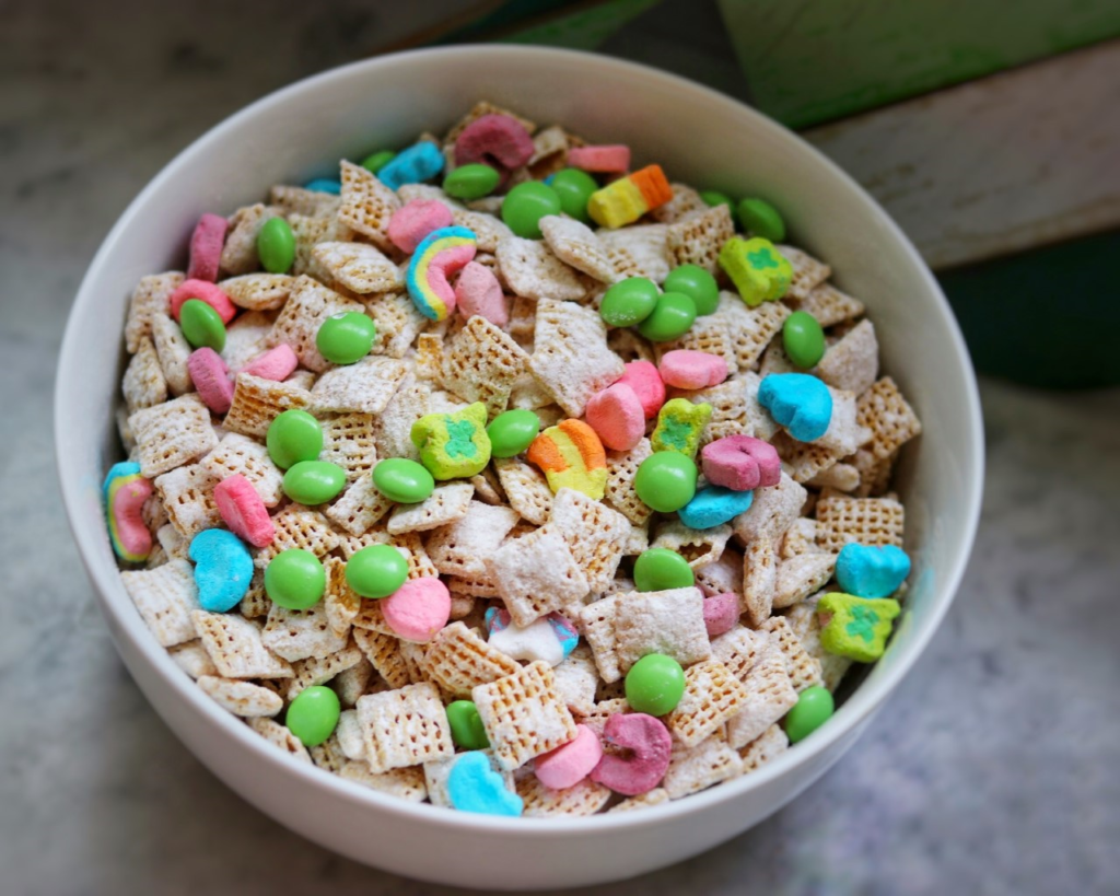 St. Patrick's Day snacks for kids - great easy party recipe idea: Leprechaun Snack Mix
