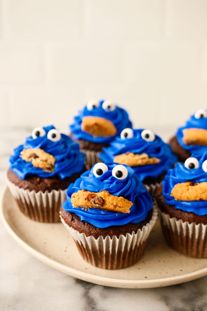 Fun cupcake topper ideas: DIY Cookie Monster cupcakes