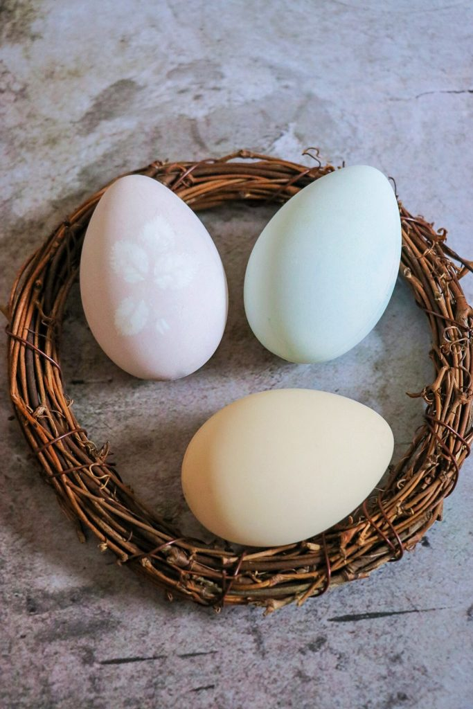 beautiful easter eggs: naturally dyed easter eggs