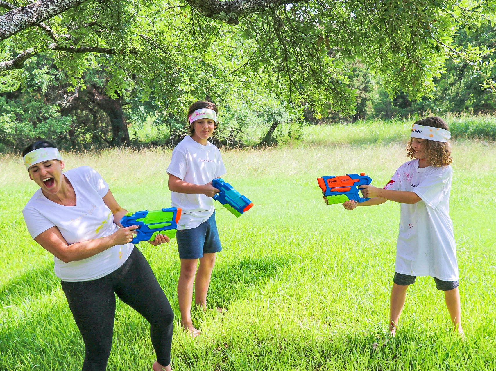 tie dye water gun fight (tie dye party ideas)